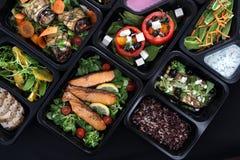 Platos de las fiambreras, deliciosos y sanos de la cena Comida con entrega Sugerencias del menú en el abastecimiento con entrega foto de archivo libre de regalías