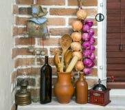 Platos de los utensilios de la arcilla en el interior Fotografía de archivo libre de regalías