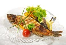 Platos de pescados - trucha asada a la parilla Foto de archivo