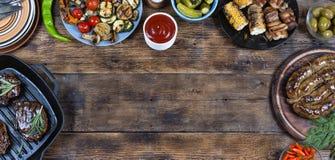 Platos del marco y de la barbacoa de la comida foto de archivo