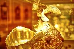 Platos del oro de la familia imperial para las bebidas Fotos de archivo