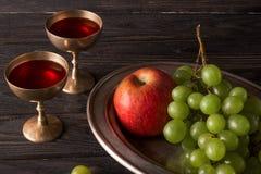 Platos del vintage con la uva, la manzana y el vino Fotografía de archivo