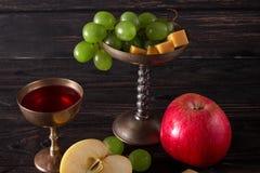 Platos del vintage con la uva, la manzana y el vino Foto de archivo libre de regalías