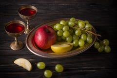 Platos del vintage con la uva, la manzana y el vino Fotografía de archivo libre de regalías