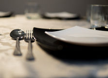 Platos elegantes en una tabla Imagen de archivo