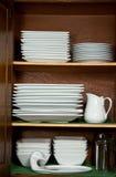 Platos en cabina de cocina imagen de archivo