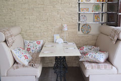 Platos en la tabla servida en café Imagen de archivo libre de regalías