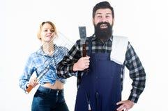 Platos esenciales de la barbacoa Comida campestre y barbacoa Familia que consigue la barbacoa lista Técnica común de barbacoa coo fotos de archivo