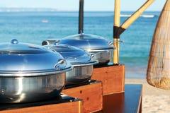 Platos inoxidables para la comida fría en la playa Imagen de archivo libre de regalías