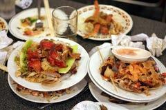 Platos izquierdos en restaurante imagenes de archivo
