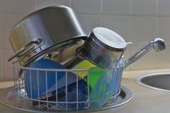 Platos lavados en una cesta de la loza Imágenes de archivo libres de regalías