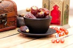 Platos, potes y frutas tradicionales árabes de las fechas Decoración de los días de fiesta Ramadan Kareem Foto de archivo