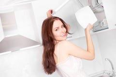 Platos que se lavan de la mujer Fotos de archivo