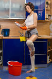 Platos que se lavan de la mujer Foto de archivo libre de regalías