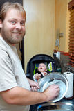 Platos que se lavan del hijo y del padre. Foto de archivo libre de regalías