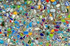 Platos quebrados de la cerámica en fondo de la pared fotografía de archivo libre de regalías