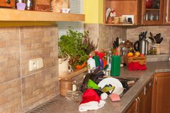 Platos sucios en el fregadero después de celebraciones de familia Limpieza casera la cocina Platos estorbados en el fregadero hou Foto de archivo