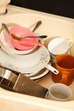 Platos sucios en fregadero de cocina Imagen de archivo libre de regalías
