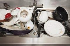 Platos sucios en fregadero en la cocina Imagenes de archivo