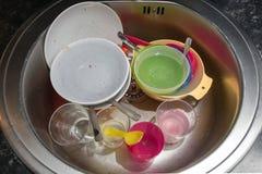 Platos sucios en un fregadero de cocina Foto de archivo