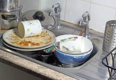Platos sucios en un fregadero para lavarse para arriba. Fotos de archivo