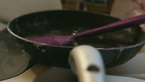Platos sucios manchados en fregadero de cocina metrajes