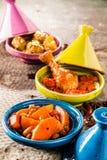 Platos tradicionales de Tajine en Clay Bowls colorido Foto de archivo libre de regalías