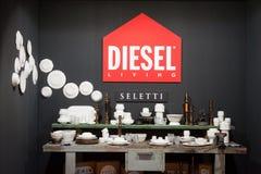 Platos y cubiertos diesel en la exhibición en HOMI, demostración internacional del hogar en Milán, Italia Imágenes de archivo libres de regalías