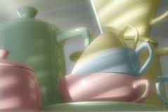 Platos y cubiertos multicolores, tazas crisol, filtro Imágenes de archivo libres de regalías