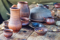 Platos y objetos de la vida medieval en una tabla de madera Fotografía de archivo libre de regalías