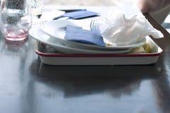 Platos y servilletas sucios en un café en la tabla Una tabla en la participación luz El extremo de la cena Espacio libre para el  Fotografía de archivo libre de regalías