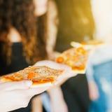 Plats à emporter de tranche de repas de pause de midi de pizza photos stock
