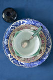 Plats antiques sur un fond bleu Images stock
