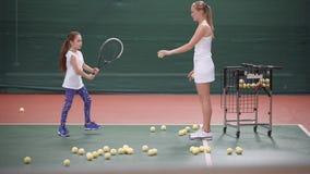 Plats av övning av tennisleken övande barn för flicka arkivfilmer