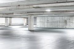 Plats av den tomma inre för cementparkeringsgarage i gallerian Arkivfoto