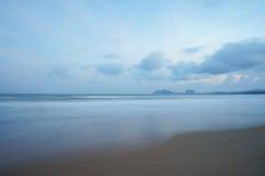 Plats av den tomma stranden i aftonen Arkivfoton