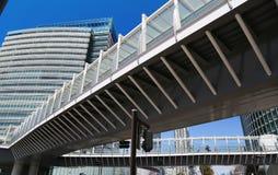 Plats av en byggnad och den fot- bron av staden Arkivfoton