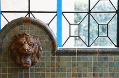 Plats av en vattenkran av ett lejon Arkivbild