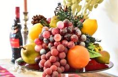 Plats av mycket frukt på plattan Royaltyfri Fotografi