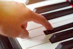 Plats av pianistfingerpress på tangentbordspianot Arkivfoton