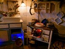 Plats av smutsigt kök med dinosaurier i ugn och vask royaltyfria bilder