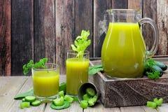 Plats av sund grön grönsakfruktsaft i kanna och exponeringsglas Royaltyfria Foton