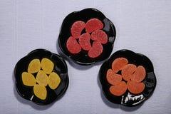 Plats avec des bonbons Confiture d'oranges sur le plat photos libres de droits
