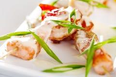 Plats avec des brochettes de fruits de mer avec les saumons et la crevette image libre de droits
