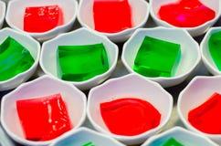 Plats avec la gelée colorée photographie stock