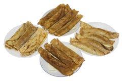 Plats avec les crêpes frites images stock