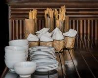 Plats blancs et serviettes attendant l'utilisation au Vietnam Image stock