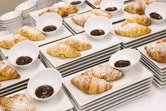 Plats blancs modernes avec les croissants simples avec la crème au chocolat Photographie stock