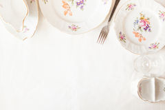Plats blancs, une fourchette, un verre à vin Photographie stock libre de droits