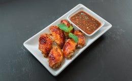 Plats chauds de viande - ailes de poulet grillées avec le styl thaïlandais épicé rouge Photo libre de droits